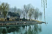 精致的湖畔和小木房子
