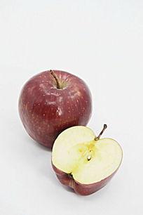 近拍一个红苹果边上放着切开的一半苹果图片图片