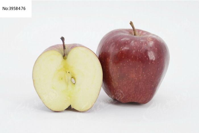 近拍一个红苹果和切开的一半苹果图片图片