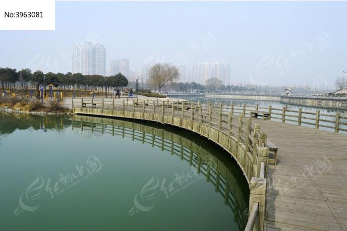 木弯桥水中倒影图片