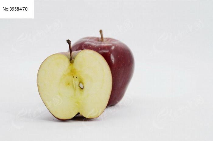 一个红苹果和切开的一半苹果图片
