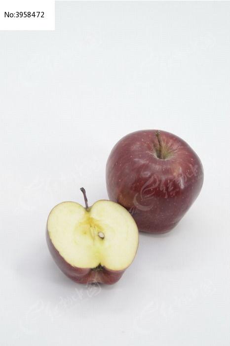 一个红苹果和切开的一半苹果图片图片