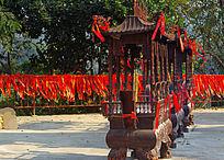 佛寺门前祈愿的红丝带香炉
