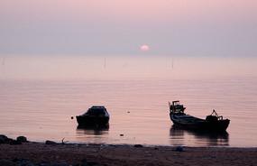 海边日出照渔船