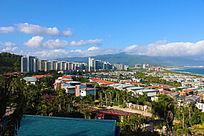 蓝天白云下俯瞰富力湾整个小区公寓别墅景观图