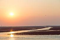 夕阳照在湿地水面