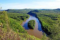 穿越原始森林的河流