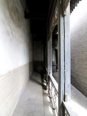 常家祠堂幽深狭窄的走廊