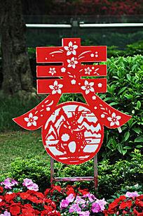 鲜花丛中的传统春节元素装饰