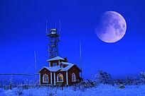 月亮下守林人的小屋