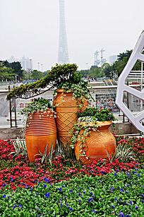 花丛中别具一格的盆栽植物