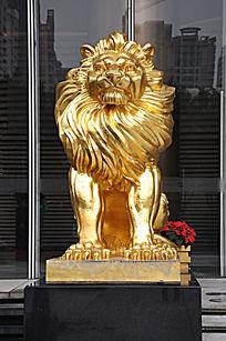 沉思中的金色狮子雕像
