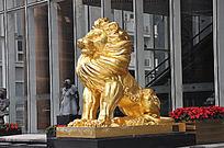 眺望远方的威风的金色狮子雕像
