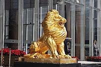 威风的金色狮子雕像
