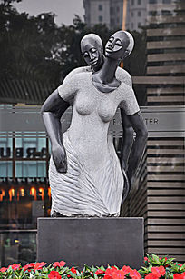 幸福拥抱的男女雕像