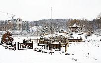冬天的公园里通往湖心岛的桥