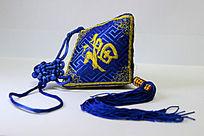蓝色带福字的装饰品