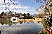 黑龙潭公园里的桥和蓝天