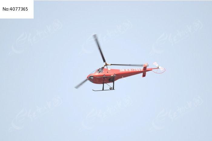 天空飞行的红色直升飞机
