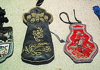 鄂温克族红底绣凤凰图案荷包