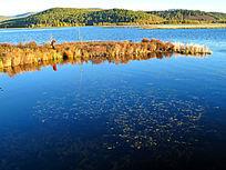 湛蓝宁静的湖水