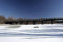 冰封河面木桥