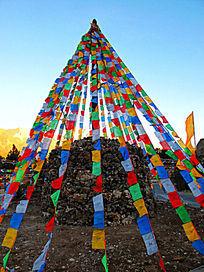写满藏文的彩旗和玛尼堆