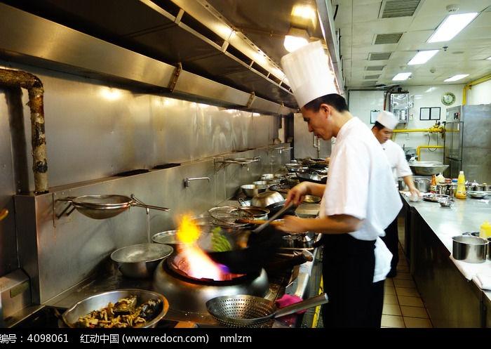 厨师在烧菜