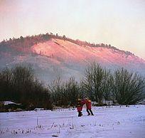 放学的孩子走在雪原上
