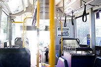 公共汽车的车厢内