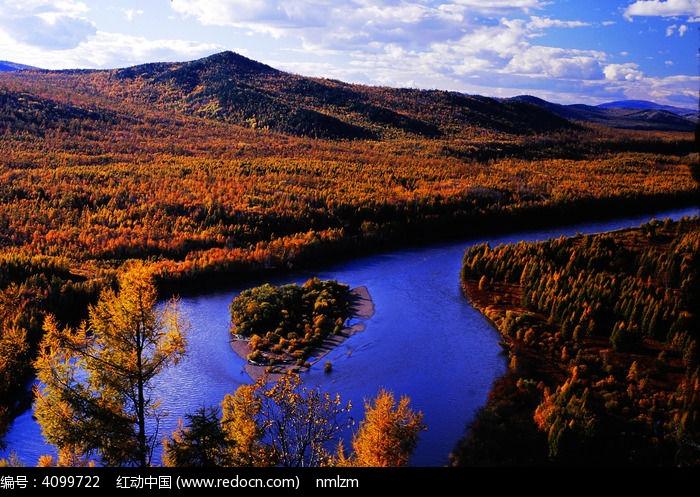 晚秋的山林与河流图片