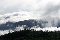大雾弥漫的山峦