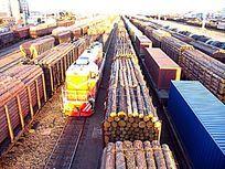 进口木材的货运列车