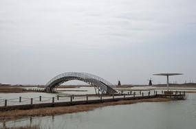阳光下巨淀湖木质拱桥