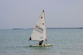 一艘白色的帆船