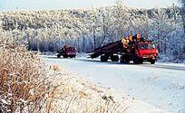 运材汽车在冰雪路面上行驶