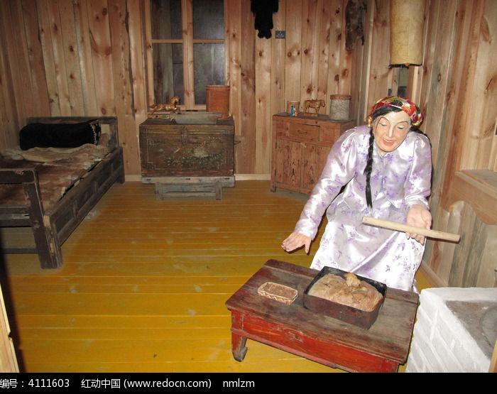 鄂温克妇女制作食品复原场景图片,高清大图