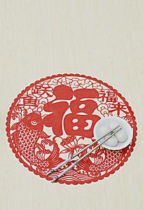 俯拍福字剪纸上放着一双筷一碗汤圆