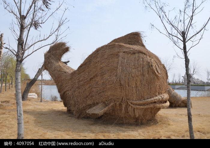 hesaozifengkuangcaobi_巨淀湖风景区草编的海豚