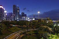 夜色下的都市大楼