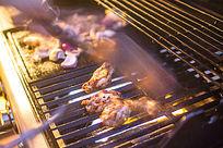 正在烧烤中的鸡翅