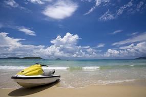 碧海蓝天下的黄色冲锋舟