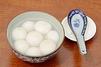 俯拍桌面上的一碗汤圆特写