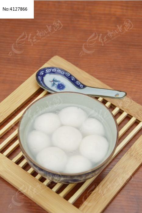 俯拍桌面上的一碗汤圆特写图片