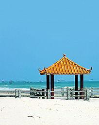 海边沙滩上亭子特写图片