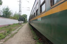 静止的绿皮火车
