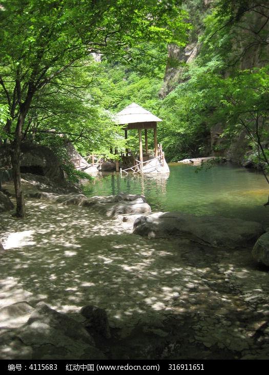 树荫下湖面上的小亭图片,高清大图_自然风景素材