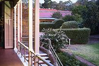澳洲私人花园的屋檐廊道