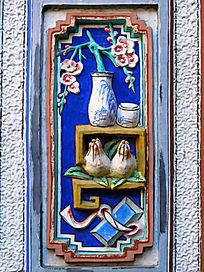 白族色彩明丽的泥塑装饰画
