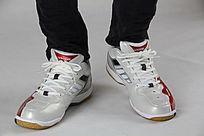 光滑的红白色运动鞋
